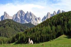 Alpi delle dolomia e cappella, Italia Fotografia Stock Libera da Diritti