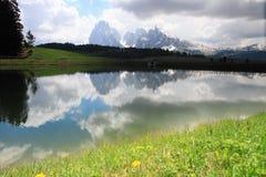 Alpi delle dolomia e lago, Italia Fotografia Stock