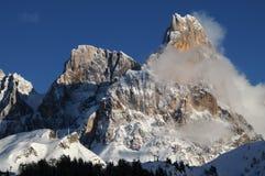 Alpi delle dolomia, Tirolo del sud, Italia Della Pala o Cimone di Cimone con le nuvole in Pale di San Martino Group Immagini Stock