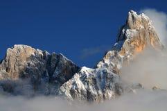 Alpi delle dolomia, Tirolo del sud, Italia Della Pala o Cimone di Cimone con le nuvole in Pale di San Martino Group Immagini Stock Libere da Diritti