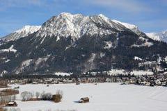 Alpi delle montagne di Oberstdorf con neve nell'inverno Immagini Stock