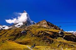 Alpi dello svizzero del Cervino; Gondole della cabina di funivia nella priorità alta Fotografie Stock Libere da Diritti