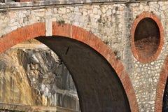 Alpi di Apuan, Carrara, Toscana, Italia 28 marzo 2019 Ponte antico nelle cave di marmo fotografia stock