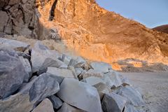 Alpi di Apuan, Carrara, Toscana, Italia 28 marzo 2019 Una cava di marmo bianco immagine stock