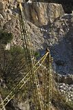 Alpi di Apuan, Carrara, Toscana, Italia 28 marzo 2019 Una gru a ponte in una cava di marmo bianca immagini stock