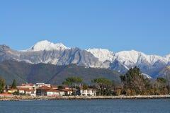 Alpi di Apuan nell'inverno, bianco per neve e marmo fotografia stock libera da diritti
