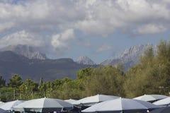 Alpi di Apuan in Versilia visto dalla spiaggia Fotografia Stock