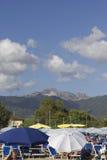 Alpi di Apuan in Versilia visto dalla spiaggia Fotografie Stock