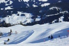 Alpi di Bautiful e pendii dello sci ed inverno e neve Immagine Stock Libera da Diritti