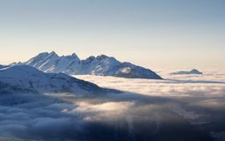 Alpi di inverno nel tramonto Immagini Stock