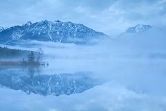Alpi di Karwendel riflesse in lago Barmsee Fotografia Stock