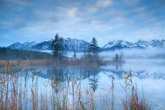 Alpi di Karwendel riflesse nel lago Barmsee Fotografia Stock Libera da Diritti