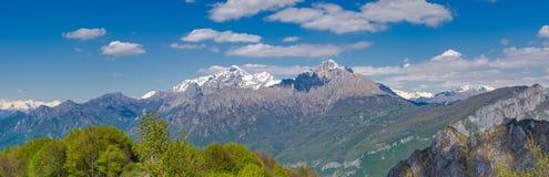Alpi di Orobie come visto dalla traccia di escursione a Corni di Canzo Fotografia Stock Libera da Diritti