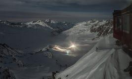Alpi di Snowy alla notte Immagini Stock Libere da Diritti