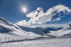 Alpi di Snowy con cielo blu Fotografie Stock Libere da Diritti