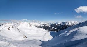 Alpi di Snowy con cielo blu Immagini Stock Libere da Diritti