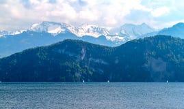Alpi di Snowy vicino al villaggio di Lucerna Immagine Stock