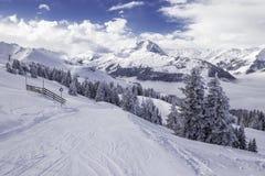 Alpi di Tyrolian in Austria dalla stazione sciistica di Kitzbuehel Fotografia Stock Libera da Diritti