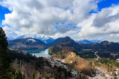 Alpi e laghi in un giorno di estate in Germania Preso dalla collina accanto al castello del Neuschwanstein Fotografia Stock