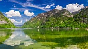 Alpi e lago verde di estate, Austria della montagna Fotografia Stock Libera da Diritti