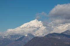 Alpi e nuvole di Snowy in Val di Susa piemonte L'Italia Fotografia Stock