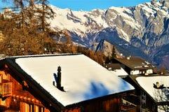 Alpi e tetto svizzeri, villaggio di Tzoumaz Fotografie Stock Libere da Diritti