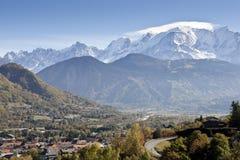 Alpi e villaggio svizzeri di Mont Blanc Immagini Stock