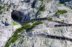 Alpi ed il modo al Eisriesenwelt (caverna di ghiaccio) in Werfen, Austria Fotografie Stock