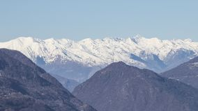 Alpi europee in pieno di neve in un cielo blu Fotografie Stock