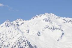 Alpi europee in pieno di neve in un cielo blu Immagini Stock