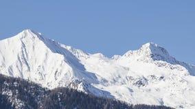 Alpi europee in pieno di neve in un cielo blu Fotografie Stock Libere da Diritti