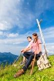 Alpi - facendo un'escursione le coppie le prese irrompono le montagne Fotografie Stock Libere da Diritti