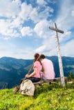 Alpi - facendo un'escursione le coppie le prese irrompono le montagne Immagini Stock Libere da Diritti