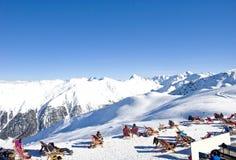 alpi Il gruppo di sciatori prende il sole alla cima della montagna Immagine Stock
