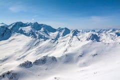 Alpi innevate dell'austriaco dei picchi di montagna di inverno Immagine Stock