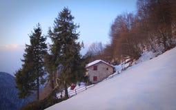 Alpi invernali di casa rurali Fotografia Stock Libera da Diritti