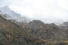Alpi irregolari con le nuvole Fotografia Stock Libera da Diritti