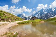 Alpi in Italia, montagne delle dolomia di Pale di San Martino e Baita Segantini con il lago/paesaggio Immagine Stock Libera da Diritti