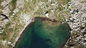 Alpi italiane L'Italia Su e giù la vista aerea del fuco di un lago alpino naturale Orobie Laghi Valgoglio video d archivio