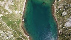 Alpi italiane L'Italia Su e giù la vista aerea del fuco di un lago alpino naturale Orobie Laghi Valgoglio archivi video