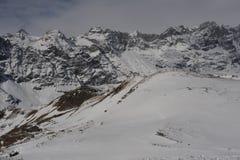 Alpi italiane nell'inverno con neve sui picchi di montagna Fotografia Stock