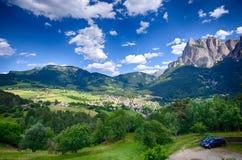Alpi italiane - paesaggio della città di Alpe di Siusi Fotografie Stock Libere da Diritti