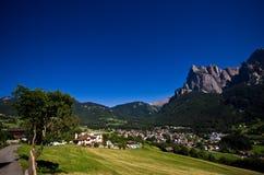 Alpi italiane - paesaggio della città di Alpe di Siusi Fotografia Stock