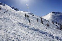 Alpi italiane - sciatore su un sollevamento di sci - Bardonecchia Immagine Stock