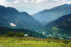 Alpi marittime, Limone Piemonte di estate Vista della valle dalla cima della montagna immagini stock libere da diritti