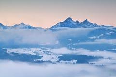 Alpi in nebbia di inverno di mattina Fotografie Stock Libere da Diritti