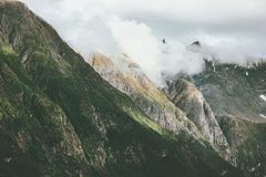 Alpi nebbiose di Romsdal del paesaggio delle montagne in Norvegia Fotografie Stock