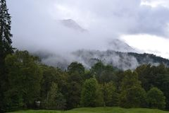 Alpi nella foto della foresta di autunno della foschia Fotografie Stock Libere da Diritti