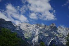 Alpi sceniche delle montagne e nuvole bianche Fotografia Stock Libera da Diritti