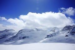 Alpi sotto cielo blu Fotografia Stock